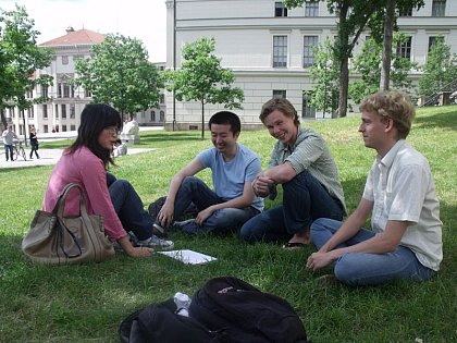 A German-Chinese four-person tandem in action: the four MLU students at their weekly meeting (photo: Christopher Braemer)